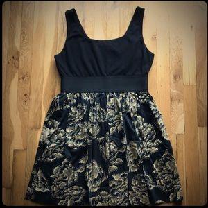 ELLE • Sleeveless full-skirt dress in black & gold